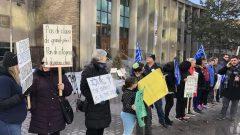 سلسلة بشرية حول مدرسة في مونتريال ضد مشروع قانون العَلمَنة - Radio Canada