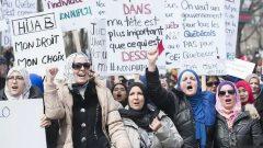 ينص مشروع القانون 21 حول عَلمَنة الدولة في كيبيك على حظر ارتداء الرموز الدينية على موظفي الدولة في وضع قسري (القضاة ، ضباط الشرطة ، المدعون العامون ، حراس السجون) ، وخاصة معلمي المدارس الابتدائية والثانوية المنتمين إلى القطاع العام - Radio Canada