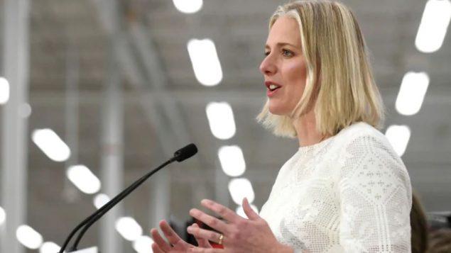 وزيرة البيئة الكنديّة كاثرين ماكينا تؤكّد أنّ مكافحة التغيّر المناخي هي من مسؤوليّة الحكومة الفدراليّة وحكومات المقاطعات /Justin Tang/CP