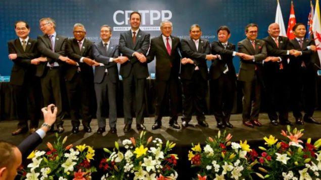 وزير التجارة الدولية الكندي فرانسوا-فيليب شامباني (الرابع إلى اليسار)، مع وزراء خارجية الدول الأعضاء في اتفاقية الشراكة عبر المحيط الهادئ بعد المصادقة عليها في سانتياغو (شيلي) في مارس آذار 2018  - Esteban Felix/Associated Press