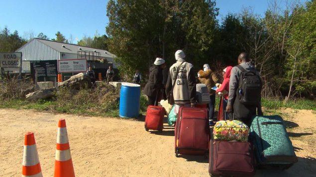عدد طالبي اللجوء الذين يدخلون كندا عبر الحدود الكنديّة الأميركيّة يرتفع/Radio-Canada