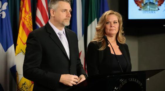 تريسي ويلسون (إلى اليمين)، نائبة رئيس التحالف الكندي للأسلحة النارية - The Canadian Coalition for Firearm Rights