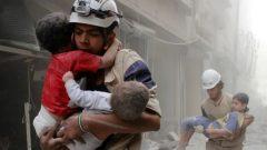 الخوذ البيضاء في إحدى عمليات الإنقاذ في حلب - Sultan Kitaz/Reuters