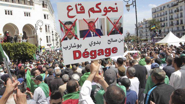 مظاهرة أمام البريد المركزي في الجزائر العاصمة يو م الجمعة 17 مايو أيار وهي الجمعة الـ13 من الحراك الشعبي - AP Photo/Fateh Guidoum