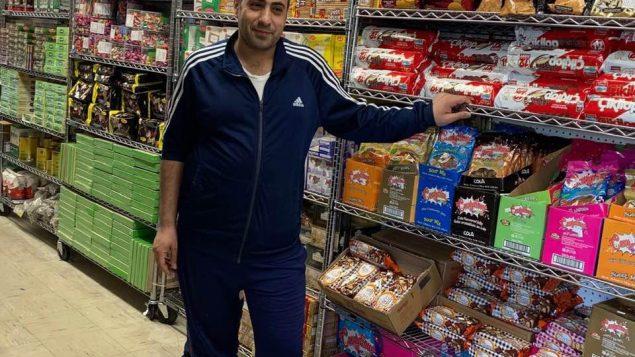 """سالم عجاج صاحب محلات """"ماكولات دمشق"""" في مدينة فكتوريا/ سالم عجاج"""