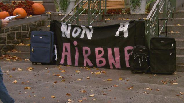 """احتجاج أمام منزل في مونتريال يُؤجَّر غلى موقع """"إير بي إن بي"""" - Radio Canada"""