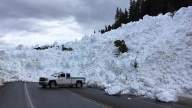 انهيار ثلجي وقائي على الطريق 93 في الجبال الصخريّة في بريتيش كولومبيا/Parc national Banff