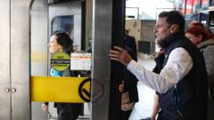 وزير النقل في حكومة كيبيك فرنسوا بونارديل وعمدة مدينة مونتريال استقلا معا اليوم قطار الأنفاق في المدينة الكوسموبوليتية/الصورة: هيئة الإذاعة الكندية