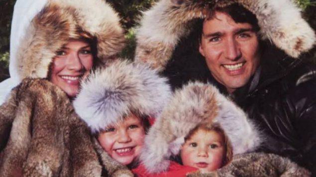 صورة لجوستان ترودو رئيس الحكومة وأفراد عائلته يرتدون معاطف من الفراء, تعود الصورة إلى سنة 2010 حيث كان جوستان ترودو نائبا في مجلس العموم الكندي - The Canadian Press