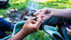 إذا كانت حكومة كيبيك قد وافقت على إعادة النظر في سياستها المتعلقة باستهلاك الماريجوانا في الحدائق العامة فهي لن تتراجع عن رفع السن القانونية لاستهلاك القنب من 18 إلى 21 عاما/حقوق الصورة: iStock