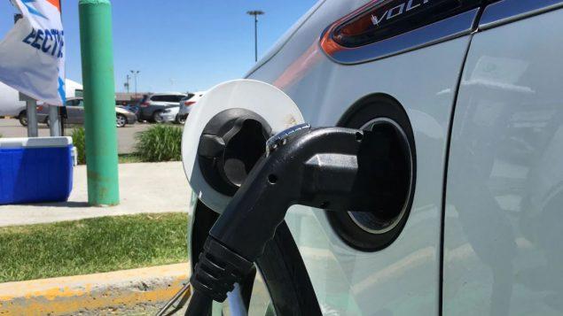 دعم مالي من اوتاوا لشراء السيارات الكهربائيّة والكهربائيّة الهجينة/ Radio-Canada / Jérôme Lévesque-Boucher