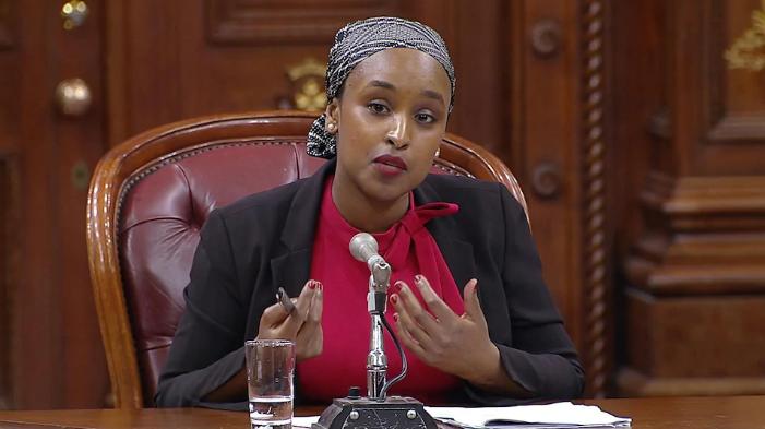 """تقول الناشطة النسائية السوداء المسلمة إيديل عيسى:""""بسبب من أكون، فإنني أتعرّض للكثير من الحواجز المتعلّقة بالتمييز العنصري، ومشروع القانون 21 لا يعمل إلا على زيادة هذه الحواجز""""/الصورة:CBC"""