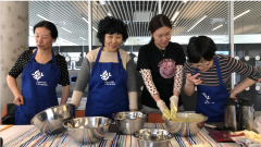 طاهيات صينيات يعدّن الأطباق الصينية داخل أروقة مكتبة هاليفاكس المركزية/الصورة:Radio-Canada / Olivier Lefebvre