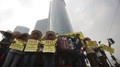 مظاهرة مندّدة بالنفايات الكندية أمام سفارة كندا في مانيلا في مايو 2015 - The Associated Press / Aaron Favila