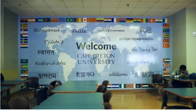 ملصق كبير في مطعم الجامعة يكشف عن اللغات المتعدذدة التي يتحدّث بها طلبة جامعة كيب بريتون - Radio Canada / Elisa Serret