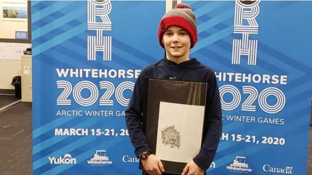 """فاز الطفل أوين ماكدونالد ذو الـ11 ربيعا  بمسابقة رسم """"جالب الحظ"""" للألعاب القطبية الشتوية في وايتهورس 2020 - Arctic Winter Games 2020"""