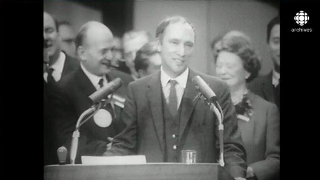 بيير-إليوت ترودو رئيس الحكومة الكندية الذي سمح لأولّ مرّة للنساء بالإجهاض في بعض الحالات وحسب بعض الشروط سنة 1969 - الصورة مأخوذة ليلة فوزه يالتنتخابات في 1968 - Radio Canada