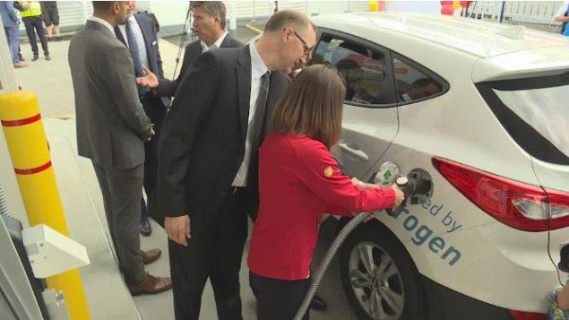 سيارة تستعمل الهيدروجين للتزوّد بالطاقة - CBC