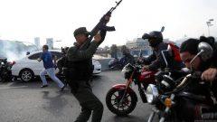 تبادل إطلاق النار بين جنود يدعمون المعارض خوان غوايدو وآخرين يدعمون نيكولاس مادورو في العاصمة كاراكاس - Radio Canada