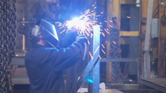 عامل لحام في مصنع في مدينة شاوينيغان في مقاطعة كيبيك (أرشيف) / راديو كندا