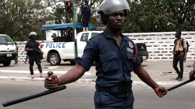 شرطي غانا في شوارع أجرا أثناء تظاهرة جرت في 28 آذار/مارس الماضي/حقوق الصورة:Reuters / Francis Kokoroko
