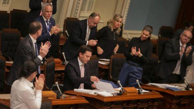 وزير الهجرة الكيبيكي سيمون جولان باريت محاطا بنوّاب حزب الكاك بعد إقرار مشروع القانون حول الهجرة في 16-06-2019/ Radio-Canada / Ivanoh Demers