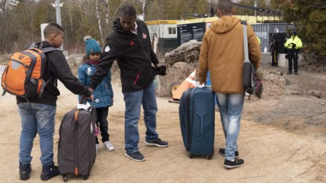 ارتفاع عدد اللاجئين الذين يدخلون كندا بصورة غير شرعيّة عبر الحدود الكنديّة الأميركيّة يساهم في تأخير البتّ في طلباتهم/Paul Chiasson/CP