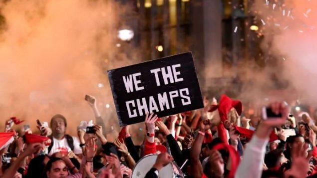 مظاهر الفرحة على مشجّعي الرابتورز في تورونتو بعد فوز فريقهم ببطولة الدوري الأميركي لكرة السلّة - Nathan Denette / Canadian Press