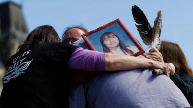عائلة من السكان الأصليين تبكي إحدى فقيداتها - Reuters / Chris Wattie