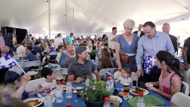 """فرانسوا لوغو، رئيس حكومة كيبيك، وزوجته يحضرون مأدبة غذاء في دائرته الانتخابية """"لاسومبسيون"""" بمناسبة الاحتفال بعيد كيبيك الوطني - 24.06.2019/ Emilie Nadeau / Twitter PM Francois Legault"""