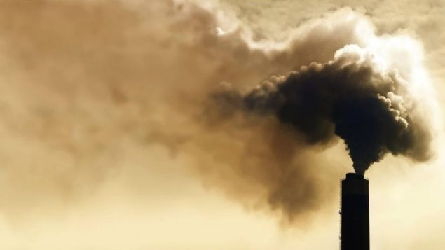 يحاول المحافظون الحد من انبعاثات الغازات الدفيئة الصادرة عن الملوثين الكبار دون المساس بقدراتهم الاقتصادية. وللقيام بذلك، يتعهّدون بتعيين الحد الأقصى من انبعاثات الغازات الدفيئة بـ40 كيلو طن من ثاني أكسيد الكربون للشركات الكبيرة - iStock