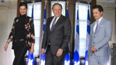 فرانسوا لوغو، رئيس حكومة كيبيك (في الوسط) مع سيمون جولان-باريت، وزير الهجرة و جينيفياف غيلبو، وزيرة الأمن العام، وهما وزيران بارزان في حكومته - Ivanoh Demers / Radio Canada