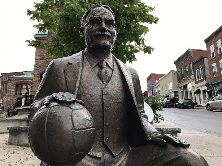 تمثال جيمس نيسميث مخترع رياضة كرة السلة في عام 1891 في مدينة ألمونت حيث يوجد أيضا متحف كرة السلة - Radio Canada / JF Plourde