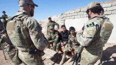 أفراد من الجيش الكندي ومقاتلون أكراد في شمال العراق في فبراير شباط 2017 - The Canadian Press / Ryan Remiorz