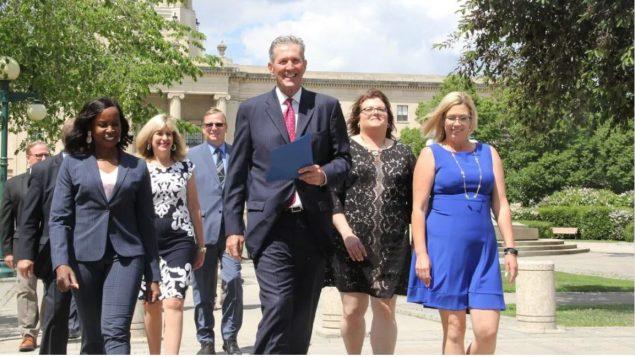رئيس حكومة مانيتوبا برايان باليستر وعدد من نوّاب حزب المحافظين المحلّي أمام مقرّ الجمعيّة التشريعيّة في مانيتوبا/Radio-Canada / Ian Froese