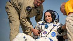 رائد الفضاء الكندي دافيد سان جاك خارجا من مركبة سويوز أم أس 11 بعد 6 أشهر أمضاها على متن المحطّة الفضائيّة الدوليّة/Bill Ingals/NASA/Reuters