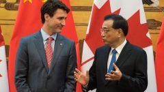 رئيس الحكومة الكنديّة جوستان ترودو (إلى اليسار) ونظيره الصيني لي كيكيانغ في بكين في 4-12- 2017/Reuters / POOL New