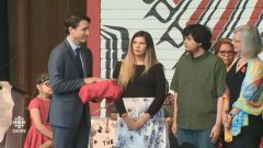 رئيس الحكومة جوستان ترودو تسلّم نسخة مغلّفة بالأحمر من تقرير لجنة التحقيق حول مقتل واختفاء نساء من سكّان كندا الأصليّين في 03-06-2019/CBC/ هيئة الاذاعة الكنديّة