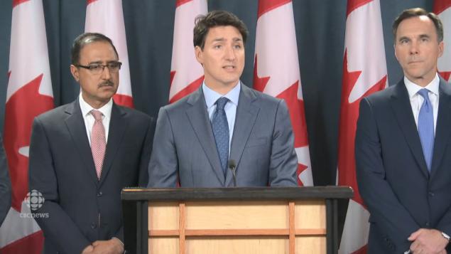 من اليمين: وزير المال بيل مورنو ورئيس الحكومة جوستان ترودو ووزير الموارد الطبيعيّة أمارجيت سوهي في 18-06-2019/CBC/ هيئة الاذاعة الكنديّة