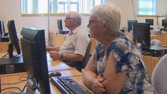 ارتفع معدل كبار السن الذين يستخدمون الإنترنت من 32 ٪ في عام 2007 إلى 68 ٪ في عام 2016 - Radio Canada