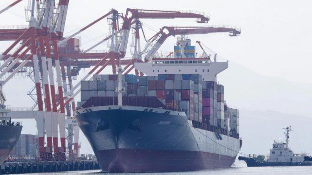 الباخرة بافاريا محمّلة بحاويات من النفايات التي أعادتها من الفلبين إلى مرفأ فانكوفر في كندا/ Aaron Favila/ AP
