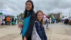 ناشطتان بيئيّتان شابتان في مهرجان صفر نفايات في كالغاري/Helen Pike/CBC/PC