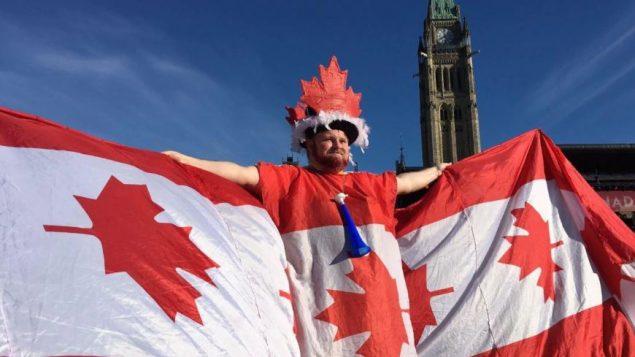 أحد الحضور الذين تابعوا الاحتفال بالعيد الوطني لكندا في أوتاوا هذا الاثنين 1 يوليو تموز 2019 - / Radio Canada Jean Francois Poudrier