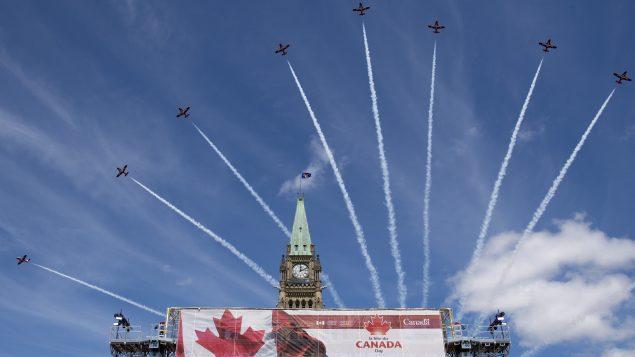 سرب من طائرات القوات المسلحة الكندية من نوع CF-18 يحلّق في أجواء العاصمة أوتاوا أثناء الاحتفال بالعيد الوطني الكندي هذا الاثنين 1 يوليو تموز 2019 - The Canadian Press / Justin Tang