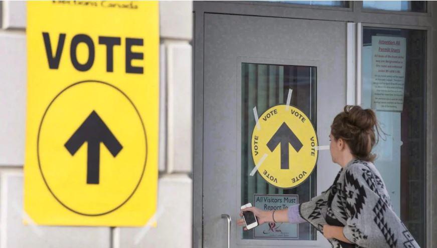 يعتقد 95% من الكنديين أن المشاركة في الانتخابات هي حق ولكن يرى ثلثهم أنها مضيعة للوقت - The Canadian Press / Peter Power