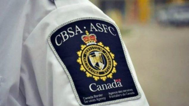 المشادة بين الضحية وموظفَي وكالة الحدود الكندية وقعت على متن طائرة قبل الأقلاع - CBC