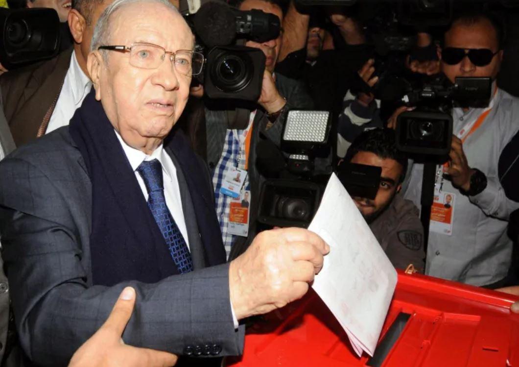 الرئيس التونسي الباجي قائد السبسي يدلي بصوته في الدورة الأولى من الانتخابات الرئاسيّة 2014/ Mohamed Werteni/ AP