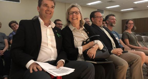 مرشح حزب الخضر ستيف دايك ومن ثم زعيمة الحزب إليزابيت مي/راديو كندا