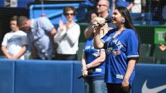 كايا برونو، وهي تؤدي النشيد الوطني الكندي بلغة الكري في مركز روجرز في تورنتو - The Canadian Press / Jon Blacker