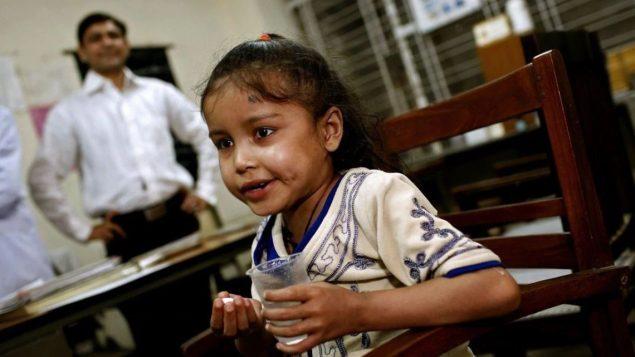 طفلة هنديّة مصابة بالسلّ تتناول الدواء/Findlay Kember/ AFP